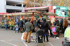 Obst und Gemüse an einem Marktstand auf dem  Wochenmarkt Bei den Höfen in Hamburg Jenfeld.