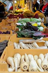 Marktstand mit frischem Gemüse auf dem Wochenmarkt am Moorhof im Hamburger Stadtteil Poppenbüttel.