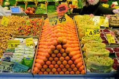Marktstand mit Obst und Gemüse  auf dem Wochenmarkt in der Großen Bergstraße, Stadtteil Hamburg Altona / Altstadt; Clementinen sind als Sonderangebot zu einer Pyramide aufgestapelt.