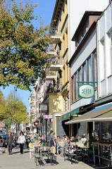 Sonniger Herbstnachmittag eines Sonntages an der Osterstraße  im Hamburger Stadtteil Eimsbüttel.  Restaurants und Cafés haben ihre Tische auf dem Bürgersteig gestellt, die EimsbüttlerInnen genießen das besondere Stadtteilflair.