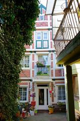 Baudenkmal im Auedeich von Hamburg Finkenwerder, historische Speichergebäude  - erbaut um 1800; jetzige Nutzung als Wohnhaus.
