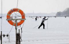 Hamburger Winter - Skilaufen auf der Aussenalster.