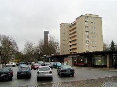 Alte Aufnahme vom Rothenburgsorter Marktplatz im Hamburger Stadtteil Rothenburgsort - Ladenzeile, Flachbauten im Baustil der 1960er Jahre Hochhaus und parkende Autos - dahinter der historische Wasserturm, Wahrzeichen des Stadtteils. ( 2002 )