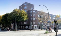 Geschlossen Backsteinarchitektur im Hamburger Stadtteil Wilhelmsburg - mehrstöckige Wohnhäuser mit Geschäften im Parterre, errichtet um 1930.