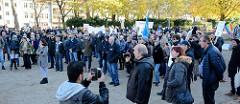 Aktionstag der überparteilichen Sammlungsbewegung Aufstehen - Sammelplatz der Demonstration mit dem Motto Würde statt Waffen auf dem Platz der Republik in Hamburg Altona. Viele der ca. 300 versammelten DemonstrantInnen Tragen Fahnen halten Transparen