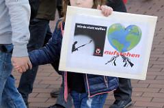 Aktionstag der überparteilichen Sammlungsbewegung Aufstehen -  Demonstration mit dem Motto Würde statt Waffen in der Ottenser Hauptstraße von Hamburg Altona.