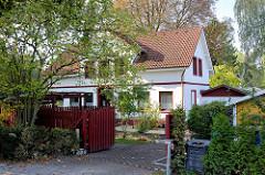 Einzelhaus, Wohnhaus in Hamburg Wilhelmsburg - roter Zaun.