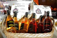Wochenmarkt im Hamburger Stadtteil Neugraben-Fischbek, Marktstand mit Obst, sowie Apfelsecco und Apfel-Kirschsecco in Flaschen.