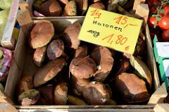 Gemüsestand mit Maronen auf dem Wochenmarkt am Quarree im Hamburger Stadtteil Wandsbek.