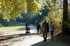 Spaziergängerrinnen im Park am Weiher im Hamburger Stadtteil Eimsbüttel.