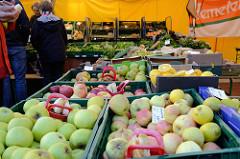 Marktstand mit Obst und Gemüse auf dem Wochenmarkt   im Hamburger Stadtteil Ottensen / Spitzenplatz.