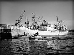 Historische Hafenbilder aus dem  Hamburger Hafen. Der weisse Bananenfrachter BETANCURIA liegt am Asiakai im Segelschiffhafen, einem der vielen Hafenbecken des Hamburger Hafens. Ein Kran hievt gerade eine Ladung Bananen aus dem Laderaum.
