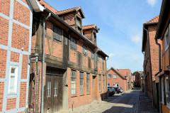 Historisches Wohnhaus in der kleinen Wallstraße von Boizenburg/Elbe; das Gebäude links mit dem Holztor und den Speichertüren / Giebelwinde steht als Kulturdenkmal der Stadt unter Denkmalschutz.