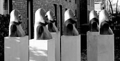 Kunst im öffentlichen Raum - Skulpturen vor den Wohnhäusern einer Baugenossenschaft im Focksweg in Hamburg Finkenwerder.
