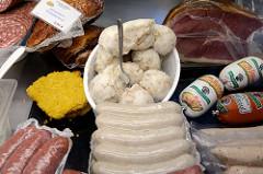 Marktstand einer Schlachterei  mit frischem Gänseschmalz und Puten Rotwurst   auf dem  Wochenmarkt Bei den Höfen in Hamburg Jenfeld.