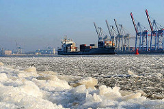 Hamburger Winterbilder  - Eis auf der Elbe, Containerschiff in Fahrt.