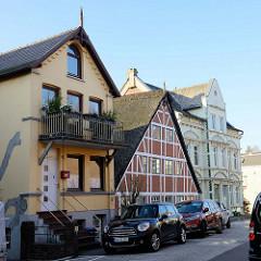 Historische Wohnhäuser im Auedeich  von Hamburg Finkenwerder; das mittlere Fachwerkgebäude mit Reetdach ist ein ehemaliges Fischerhaus - erbaut um 1817; das Wohnhaus steht als Kulturdenkmal  unter Denkmalschutz.