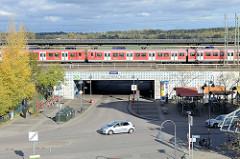 Blick auf die S-Bahn Haltestelle Allermöhe im Hamburger Stadtteil Neuallermöhe, ein Zug ist gerade eingefahren.