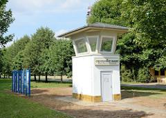 Ehemaliger Kontrollpunkt, Grenzübergang am Elbberg bei Boizenburg/Elbe;  Grenzgebäude, Beobachtungsturm der DDR-Grenztruppen - jetzt Teil Elbbergmuseum.