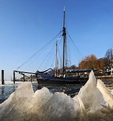 Y  Bilder vom Hamburger Winter - Museumshafen Oevelgoenne.