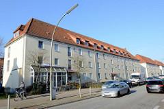 Wohnblocks   in der Ostfrieslandstraße von Hamburg Finkenwerder.