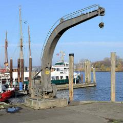 Historischer Hafenkran im Hafen von Hamburg Finkenwerder / Köhlfleet.