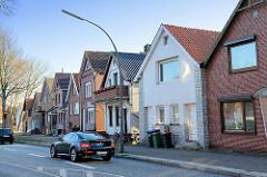 Wohnhäuser mit Satteldach   am Neßdeich von Hamburg Finkenwerder.