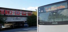 Ein S-Bahn Zug ist in die Haltestelle Hamburg Allermöhe eingefahren - ein Bus steht an seiner Endstation  in der Kehre.
