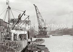 Winter im Hafen der Hansestadt Hamburg - Schwimmkran im Grasbrookhafen; ca. 1934.