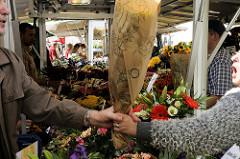Wochenmarkt im Hamburger Stadtteil Lohbrügge - Blumenstand mit Blumensträußen  auf dem Lohbrügger Marktplatz.