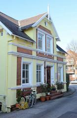 Historische  Wohnhäuser im Auedeich von Hamburg Finkenwerder; das gelbe Gebäude  wurde um 1895 errichtet und steht unter Denkmalschutz.