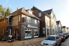 Wohnhäuser   / Geschäftshäuser in unterschiedlichen Baustil  in der Straße Steendiek im Hamburger Stadtteil Finkenwerder.