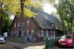 Wohn- und Wirtschaftsgebäude mit Reetdach in der Straße Auf der Höhe in Hamburg Wilhelmsburg.Das Gebäude wurde 1850 errichtet und steht unter Denkmalschutz; jetzige Nutzung als Kindertagesstätte.