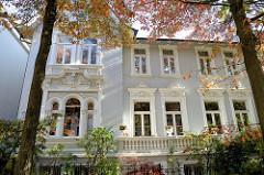 Zweifamilienhaus in der Ernst Eger Straße von Hamburg-Harburg, das Gebäude dem aufwändigen Fassadendekor steht als Kulturdenkmal der Hansestadt Hamburg unter Denkmalschutz. Der Architekt des 1899 gebauten Hauses war Emil Schröder.