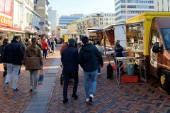 Marktstände auf dem Wochenmarkt in der Großen Bergstraße, Stadtteil Hamburg Altona / Altstadt.