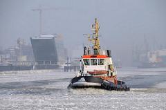 Winter in Hamburg - Schlepper im Eis auf der Elbe im Hamburger Hafen.