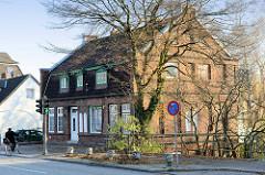 Historisches Gebäude einer alten Bäckerei am Neßdeich von Hamburg Finkenwerder; das in der ersten Hälfte des 19. Jahrhundert errichtete Gebäude geht als Kulturdenkmal Hamburgs unter Denkmalschutz.