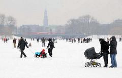 Hamburg im Winter - Alstereisvergnügen im Schneetreiben.