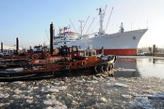 ilder aus dem winterlichen Hamburg - Schlepper + Eisgang auf der Elbe
