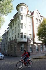 Eckhaus an der Straße Vogelhüttendeich im Hamburger Stadtteil Wilhelmsburg;  Architektur der Gründerzeit runder Turmeckerker mit Turmspitze.