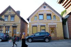 Wohnbebauung am Auedeich in Hamburg Finkenwerder; zwei denkmalgeschützte Wohnhäuser erbaut um 1900.