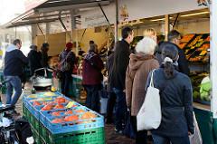Marktstand mit Obst und Gemüse auf dem Wochenmarkt in der Großen Bergstraße, Stadtteil Hamburg Altona / Altstadt, Kunden am Stand.