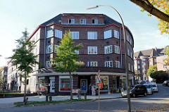 Baudenkmal in der Mergellstraße von Hamburg Harburg, der Siedlungsbau wurde 1928 errichtet. Die jetzt denkmalgeschützten Wohngebäude wurden von den  Architekten Eduard und Ernst Theil entworfen. Den Fassadenschmuck / keramischen Bauschmuck hat Richar