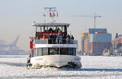Fotos vom Winter in der Hansestadt Hamburg - Elbfähre im Eis.