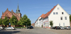 Blick zur evangelisch-lutherischen Stadtkirche St. Marien in Boizenburg/Elbe - überwiegend gotische Pfarrkirche; rechts denkmalgeschützte Wohnhäuser am Kirchplatz.