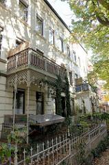 Denkmalgeschütztes Etagenhaus im Compeweg von Hamburg-Harburg - errichtet 1896, Architekt Emil Schröder; mit Eisendekor verzierte Balkons und Grundstückseinfriedung.