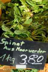 Gemüsestand   mit frischem Spinat aus Moorwerder  auf dem Wochenmarkt am Quarree im Hamburger Stadtteil Wandsbek.