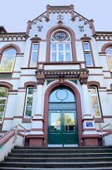 Eingang vom Schulgebäude des Lessing Gymnasiums in Hamburg-Harburg, das unter Denkmalschutz stehende Schulhaus wurde 1902 errichtet - Architekt Friedrich Homann.