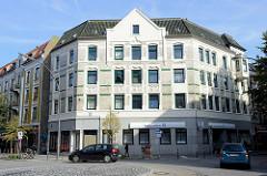 Mehrstöckiges Wohnhaus / Geschäftshaus im Baustil der Gründerzeit in der Fährstraße, Ecke Veringstraße im Hamburger Stadtteil Wilhelmsburg.