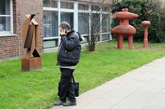 Kunstmeile an der Gretel Bergmann Schule in Hamburg Neuallermöhe;  Kunstwerke unterschiedlicher Künstler, die zur Auseinandersetzung mit der modernen Kunst motivieren sollen..